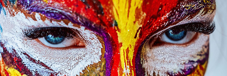 Maquillage de femme très coloré de façon artistique