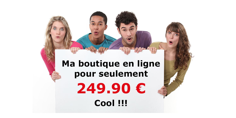 Quatre jeunes adultes présentent un panneau publicitaire concernant les boutiques en ligne pour les artistes