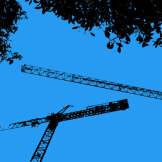 Forme et fond - Toile en noir et bleu représentant Des grues et des arbres - BTP dans la ville